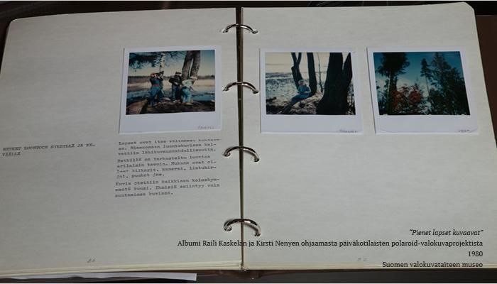 Kuvassa on valokuva-albumin aukeama, jolle on sijoitettu kolme polaroid-valokuvaa ja tekstikappale. Polaoid-kuvissa on kuvattuna lapsia, metsää ja puita.