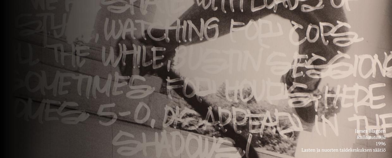 Yksityiskohta mustavalkoisesta valokuvasta. Nuori henkilö tekee temppua rullalaudalla. Kuvan päälle on kirjoitettu isoilla, valkeilla, hieman läpikuultavilla kirjaimilla tekstiä.